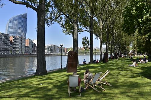 Détente au parc de la Boverie le long de l'eau