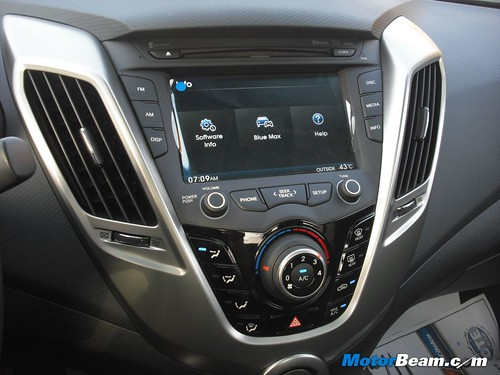 2012-Hyundai-Veloster-03