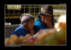 En la frutera del mercado. (jmadrigal09) Tags: jmadrigal gente people personas fruta frutera retrato ecuador