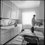 PEM-STO-00140 Kvinne i kjøkkeninteriør thumbnail