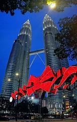 Envueltas para regalo (Bonsailara1) Tags: bonsailara1 malaysia malasia kualalumpur petronas twintowers city skyscraper