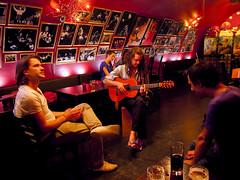 Live music bij een Spaanse café restaurant aan de Oudegracht. (George Ino) Tags: music spain utrecht guitar live jazz tapas muziek flamenco oudegracht djangoreinhardt availablelightphotography guitaar utrechtstad oudegrachtaandewerf mygearandme georgeinohotmailcom hotclubdfrance