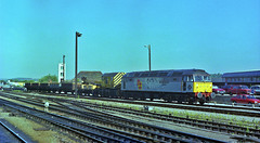 47375 is seen working a small engineers train through Reading in July 1990. I Cuthbertson collection (I C railway photo's) Tags: class47 duff 47375 reading rfd engineerstrain
