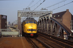 Rotterdam bovengronds (1) (Maurits van den Toorn) Tags: trein train zug ns intercity hondekop treinstel emu blaak rotterdam viaduct luchtspoor eisenbahn railway chemindefer