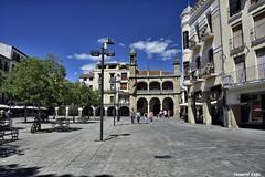Plaza mayor. (Howard P. Kepa) Tags: extremadura caceres plasencia plazamayor ayuntamiento arcos farolas arboles edificios