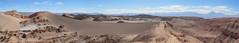 """Le désert d'Atacama: petite balade sur une crête, avec vue sur une dune, l'Amphitéâtre (à gauche) et les volcans (à droite) <a style=""""margin-left:10px; font-size:0.8em;"""" href=""""http://www.flickr.com/photos/127723101@N04/29150560061/"""" target=""""_blank"""">@flickr</a>"""