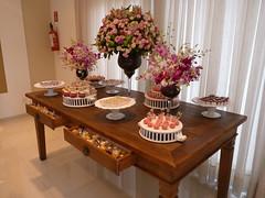 Mesa de doces (Flor e Forma) Tags: pink flowers white flores branco decoration decorao corderosa babyshower chdebeb mesadedoces minirosa florforma floreforma orqudeadenphale