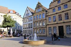Bielefeld - Alter Markt 04 (Stefan_68) Tags: fountain germany deutschland place platz springbrunnen brunnen owl nrw altstadt nordrheinwestfalen bielefeld gable ostwestfalen giebel northrhinewestphalia lampebank hausgiebel