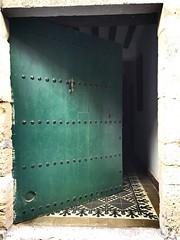 Verde (yanitzatorres) Tags: espaa larioja laguardia entrada suelo adoquines madera verde door puerta