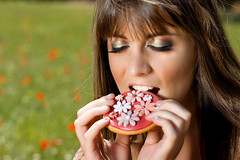 fileds-of-cupcakes-11 (nash_garden) Tags: woman flores flower girl field hat fashion canon boats essen picnic foto eating makeup blumen falling biscuit cupcake sombrero comer frau wald maquillage vestido dres haare kleider maquillaje fotoshoot amapolas madchen