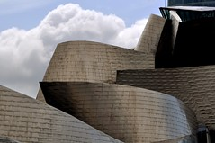 Museo y Nubes (dgomez_h) Tags: building glass metal museum architecture clouds arquitectura day cloudy dia bilbao guggenheim titanium frankgehry frankghery despejado