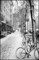schnee (purple camel) Tags: street leica schnee winter snow max cold bus berlin film bike analog 35mm germany t deutschland kodak tmax m summicron analogue iv fahrrad m4 halt kodaktmax100 torstrase
