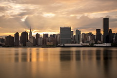Midtown Manhattan Sunset (PhiiiiiiiL) Tags: park plaza new york light sunset sky usa sun reflection building skyline clouds river nikon sonnenuntergang state manhattan united himmel wolken east midtown uno empire rays states fluss sonne spiegelung nations gantry nd30 headquartier d800e