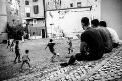 Ojeadores de estrellas (Javi Calvo) Tags: blancoynegro futbol javicalvo lisboa portugal cursofotografia fotografiadecalle fotografiaurbana futebol streetphotography