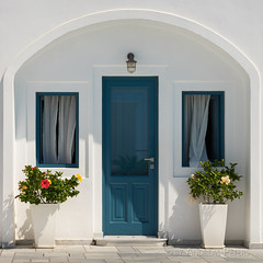 DSC07202_s (AndiP66) Tags: sigma24105f4 thira egeo griechenland gr door tre window fenster blue blau white weiss blumen flowers fira santorini santorin thera greece cyclades kykladen caldera aussicht view september 2016 hellas ellada