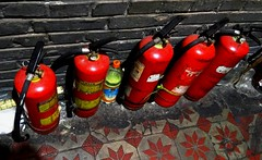 fire extinguishers (Luiz Edvardo) Tags: china fire restaurant duck beijing roast hutong fireextinguisher peking feuerlscher roastduck chongwenmen liqun pekingente liqunroastduckrestaurant chongwendistrict beixiangfenghutong beijingaug2012templeofheaven