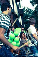fiesta en el barrio!!! (Evita.D [vado e vengo]) Tags: street party musicians rotterdam fiesta candid neighborhood festa barrio musicos musicisti quartiere bergselaan mascolori
