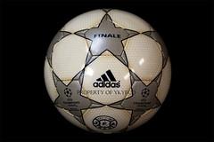 UEFA CHAMPIONS LEAGUE FINALE 1 2000-01, J-LEAGUE ADIDAS MATCH BALL 01 (ykyeco) Tags: football fussball top soccer ballo