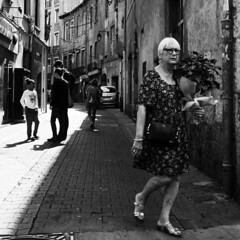 (LioYo) Tags: minolta autocord trix400 xtol kodak 120 6x6 negatif argentique bw nb blackandwhite noiretblanc grenoble ville rue street femme woman isere gens vie humain ruelle monochrome