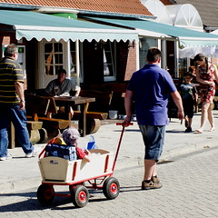 carry the future (Bim Bom) Tags: summer germany child streetlife ostfriesland vacations