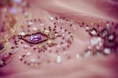 Detalhes que brilham. (213/365) (stephaniereis.) Tags: pink macro 50mm rocks dof top rosa blouse pedras blusa desfoque miangas exitdoors pedrarias canoneosrebelxsi450d freelensing stephaniereis