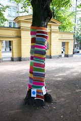 Knit'n'Tag 2012 valmiit (Helsinki street art office Supafly) Tags: city urban color art graffiti helsinki colorful spray knitted hel tila happi street art katutaide supafly nuoret kaupunkitaide julkinen neulegraffiti nuorisoasiainkeskus muotoilevat maailmaa