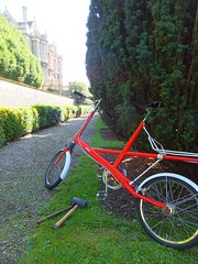 Moulton Speed... stationary (stevenbrandist) Tags: red white green hammer boa repair bradfordonavon moulton fframe moultonbicycleclub alexmoulton cotterpin rubberhammer moultonspeed