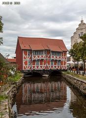 Wismar, Gewlbehaus am alten Hafen, das Haus wurde 1406 erstmals erwhnt und liegt direkt am Alten Hafen. Nach umfangreicher Renovierung befinden sich heute 3 Fewos in diesem Denkmal. (joergpeterjunk) Tags: wismar outdoor architektur fachwerk fachwerkhaus haus gewlbehaus amaltenhafen himmel grau canoneos50d canonef24105mmf4lisusm