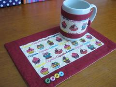 Mug rug (Zion Artes por Silvana Dias) Tags: café quilt cupcake botão patchwork cozinha caneca chá mugrug tecidocupcake tapetedecaneca zionartes