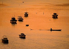 Barcos ao entardecer /  Boats at dusk (Valcir Siqueira) Tags: sea boats dusk