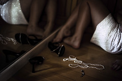 Let down (Mari Quintana) Tags: woman selfportrait dark photography necklace glow dress sandals mulher autoretrato pearl fotografia sandalia colar vestido escuro brilho perola marianaquintana