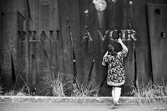 peep show (P. Marion) Tags: pm marione nikon d810 raw streetscene scene streetpix street rue straat strase calle streetart citylife city urban ville streetlife town streetphotographer streetphotography black noir zwart schwarz negro white blanc wit weiss blanco blackandwhite noiretblanc zwartenwit monochrome bw nb zw mono bandw netb zenw blackwhite noirblanc zwartwit schwarzweiss negroblanco awesome impressionnant ehrfrchtige amazing incroyable erstaunlich asombroso creative outstanding scheppend kreativ unique excellent uniek einzigartig best meilleur mejor exquisite exquis super
