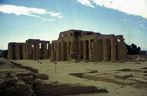 "Ägypten 1999 (426) Theben West: Ramsesseum • <a style=""font-size:0.8em;"" href=""http://www.flickr.com/photos/69570948@N04/29681261755/"" target=""_blank"">View on Flickr</a>"
