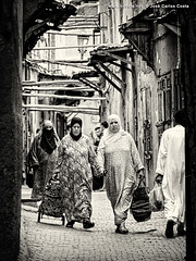 Life Fragments @ Marrakech (iv) (Jos Carlos Costa) Tags: marocco marrocos marrakech street people arab life bw jccosta canon6d