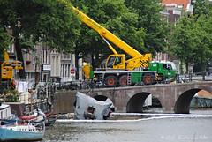 Een hele hijs (Amsterdam RAIL) Tags: water amsterdam boot canal crane accident houseboat boten 112 centrum ongeluk gracht kraan haulage bootjes ongeval woonboot oudeschans restanten ontploffing saan kraanwagen amsterdamrail woonbootexplosie
