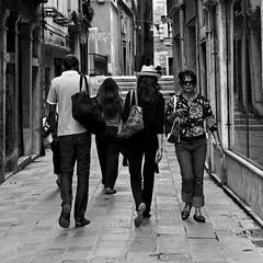 Venise et les gens dans les ruelles  - Doisneau 2012 (Paolo Pizzimenti) Tags: film paolo olympus dxo ruelle venise f28 italie gens argentique doisneau 1260mm zuikoe3