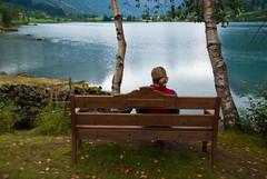 Relax (Iñigo Fdz de Pinedo) Tags: verde relax hojas lago mujer agua árboles chica banco paz paisaje noruega fjord belleza fiordo tranquilidad pensativa sosiego bancodemadera chalecorojo
