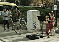 Discorsi in musica (Toni Monroe) Tags: life people italy milan girl canon reflex musica singer streetmusic ragazza cantante piazzacairoli