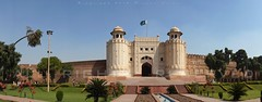 Alamgiri Gate - Lahore Fort (z) Tags: city pakistan green architecture construction gate fort flag main entrance mosque straight bagh lahore oldcity masjid walled alignment grandeur  mughal badshahi maingate darwaza  hazoori alamgiri widescape