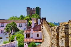 130 - Obidos le chemin de ronde et la tour ouest (paspog) Tags: obidos portugal toits roofs decken