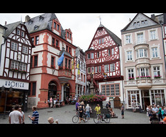 Bernkastel kues (B.Jansma) Tags: old city flowers vacation people plants clock water colors architecture canon buildings river germany square vakantie raw shapes shops stores plein oud bloemen stad klok duitsland bernkastel mensen winkels kleuren 500d ouderwets kues