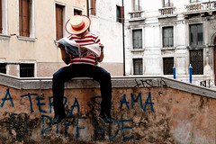 La terre,on l'aime et on la défend.... Venise et ses couleurs humides (Paolo Pizzimenti) Tags: film paolo couleurs marin olympus chapeau terre dxo venise f28 italie pellicule humide zuiko1260mm