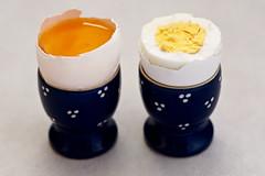 ein rohes Ei und ein gekochtes Ei - a raw egg and a boiled egg (ingrid eulenfan) Tags: macro makro opposites gegenstze ei gekocht roh boiledegg egg lebensmittel essen food
