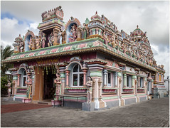 Temple . (:: Blende 22 ::) Tags: trees tree bume baum blauerhimmel canoneos5dmarkii ef2470f28liiusm mauritius maskarenen sky sun red redroof temple hinduism color colorful roof figure clouds cloudy bewlkt hinduismus street