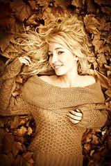 Sesin realizada a mi gran amiga Laura. (MilaGr*) Tags: wood autumn portrait brown laura girl leaves hojas chica sweet retrato blueeyes bosque jersey otoo marron mallorca dulce ojosazules