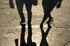 Vice Versa (Madeleine) Tags: street shadow people italy sun love soleil town couple italia legs walk paar streetphotography ombre route amour parma t rue pieds sonne italie marche tongues ville jambes pavements pavs parme dmarche