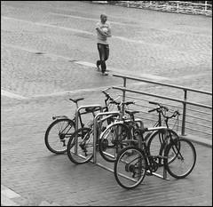 Caminando (Jose Maria Sancho Aguilar) Tags: city bw españa white man black bike bicycle lumix blackwhite spain europa europe gente walk ciudad bicicleta bn bilbao panasonic bici pasear bizkaia euskadi hombre vizcaya bilbo arenal andar blanconegro cascoviejo nervión espanya elarenal fz38 josémaríasancho