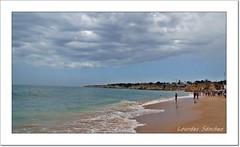 Nubes en la playa (Lourdes S.C.) Tags: portugal playa personas cielo nubes olas nwn costaatlántica oceanoatlántico elalgarve