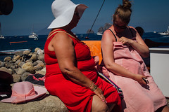 Panarea, 2016 (Antonio_Trogu) Tags: italia italy sicilia sicily eolie eolian isole islands isle isola porticciolo marina women donne coppia couple summer estate dresses hat red rosso rosa pink street streetphotography candid urban antoniotrogu nikond3100 2016 nikonafs35mm18 cappelli hats
