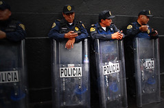 Las leyes de la hospitalidad (Harry Szpilmann) Tags: mexico streetphotography policia police crime urban people portrait mexique